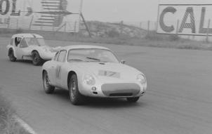 1961-rob-dooyes-porsche-carrera-abarth-en-john-mitchell-marcos-gt